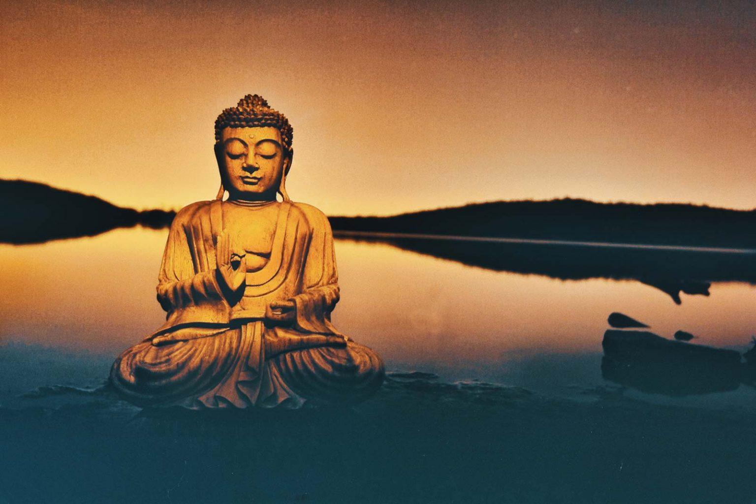 Buddhafigur Jnana Mudra am Wasser